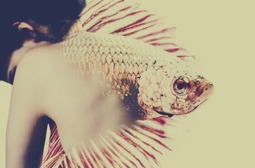 Kobieta z rybą na plecach.
