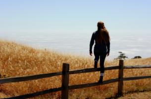 Kobieta skacząca przez płot - wewnętrzna moc