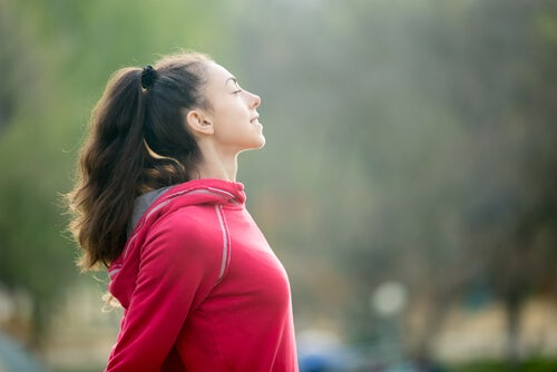 Kobieta odpoczywająca po biegu.