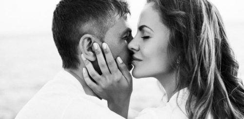 Kobieta szepcąca do ucha mężczyzny