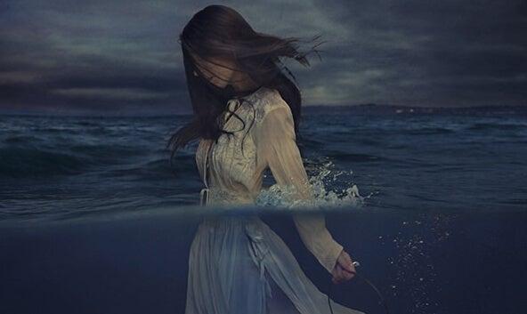 Smutek - kobieta w oceanie.