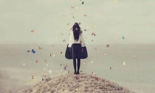 Kobieta w otoczeniu motyli