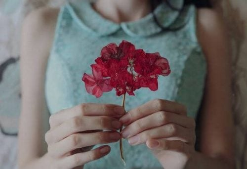 Kobieta z czerwonym kwiatem