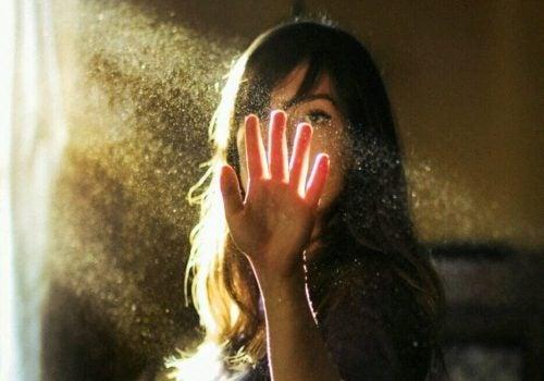 Kobieta z oświetloną dłonią