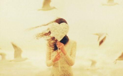Dziewczyna z sercem na patyku