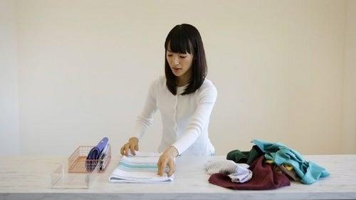 Metoda Marie Kondo - uporządkuj życie sprzątając dom