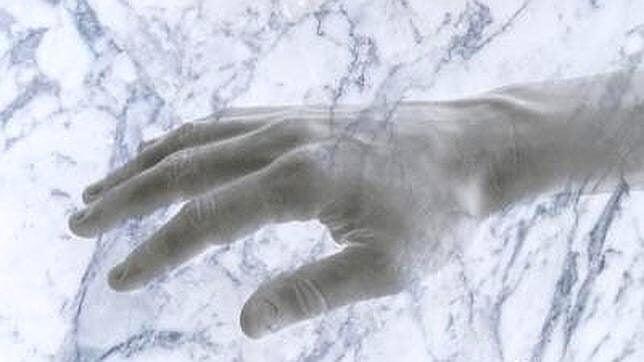 Eksperymenty naukowe - ręka z marmuru.
