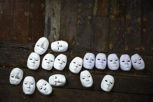 Identyczne białe maski na podłodze