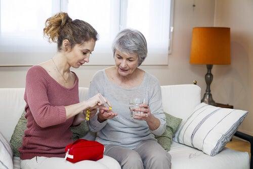 Opieka nad starszymi osobami - matka i córka.