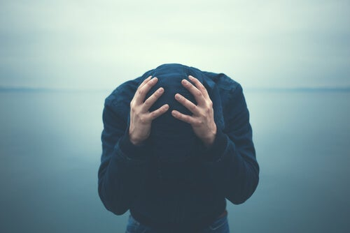 Mężczyzna łapiący się za głowę - zaburzenia lękowe