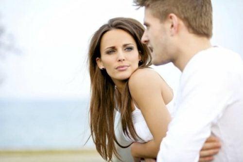 Sapioseksualizm - mężczyzna mówi, kobieta słucha
