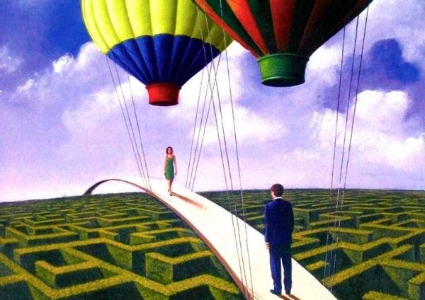 Para idąca po balonowym moście.