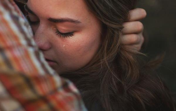Poczucie własnej wartości - płacząca dziewczyna.