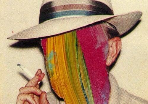 Palący mężczyzna z twarzą w farbie.
