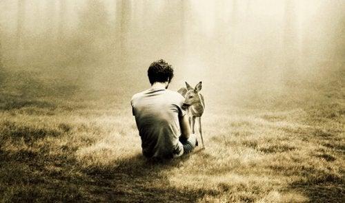 Lęk przed samotnością - mężczyzna i jeleń w lesie