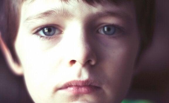 Smutny chłopiec.