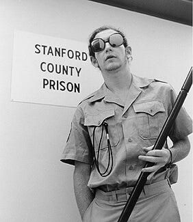 Strażnik - więzienie w Stanford.