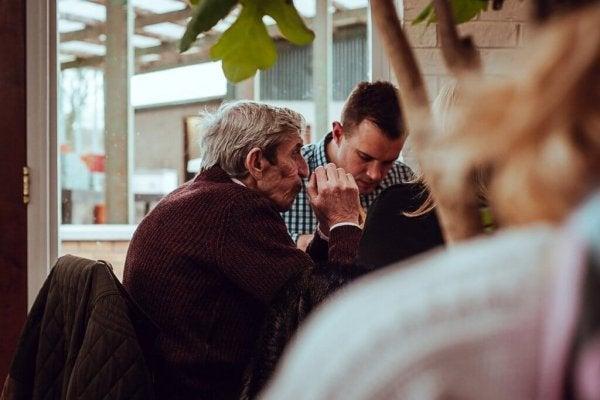 Ojciec i syn podczas posiłku.