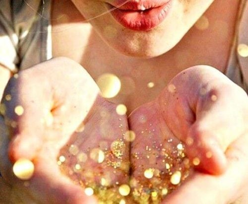 Szczęście jako złoty pył na dłoniach