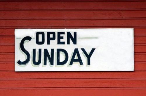Szyld z napisem otwarte w niedziele