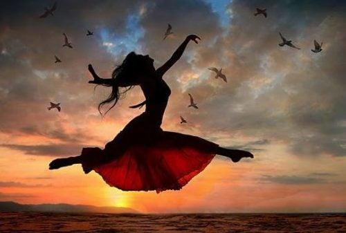 Trampolina skacząca kobieta