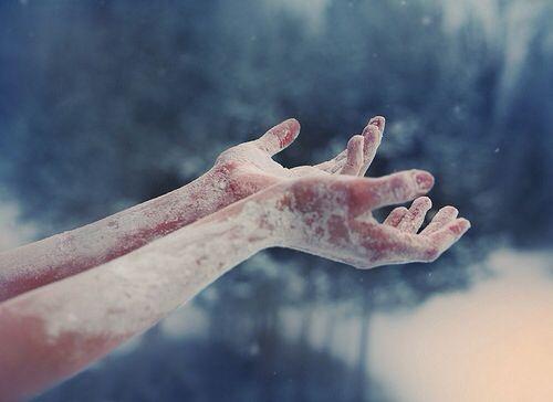 Zmarznięte dłonie.