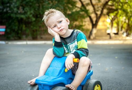 Znudzone dziecko na traktorku.