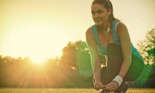 Aktywność fizyczna - biegaczka z słuchawkami