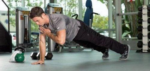 Aktywność fizyczna - mężczyzna na siłowni