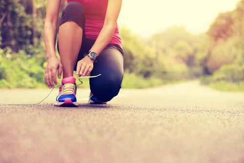 Biegacz wiąże buty