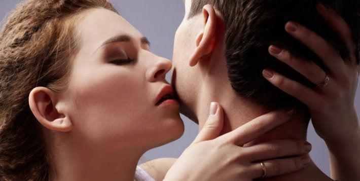 Całująca się para.