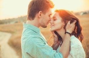 MIłość i zauroczenie. Całująca się para.