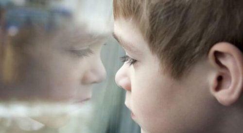 Chłopiec patrzący przez okno