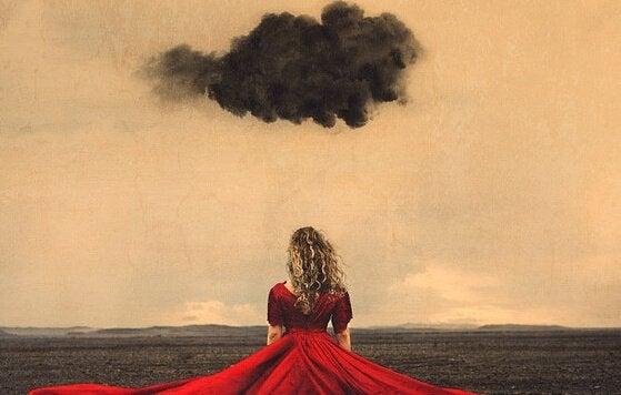 Czarne chmury nad dziewczyną