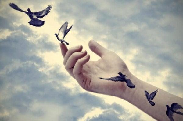 Gołębie wylatujące z dłoni.