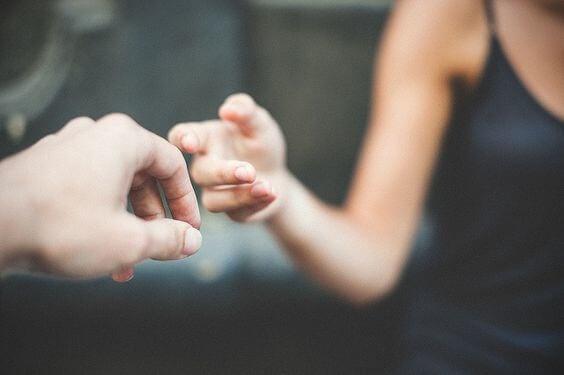 Dotykające się dłonie.