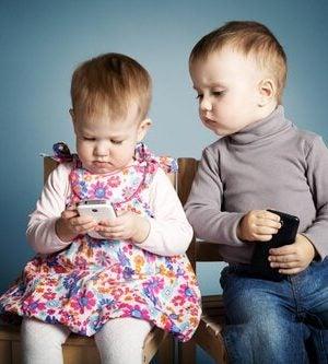 Telefon komórkowy i małe dzieci.