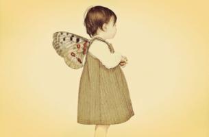Dziecko ze skrzydłami motyla.