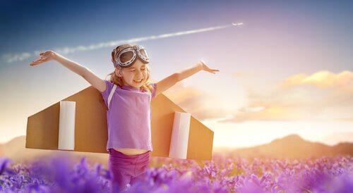 Dziecko ze skrzydłami samolotowymi.