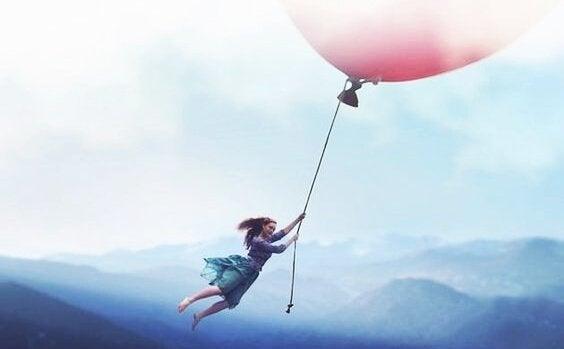 Dziewczyna z różowym balonikiem.