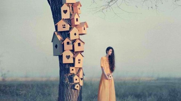 Szacunek - kobieta i domki dla ptaków na drzewie.