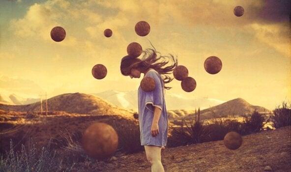 Dziewczyna na polu i kule w powietrzu.