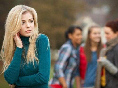 Dziewczyna paranoicznie boi się obgadywania
