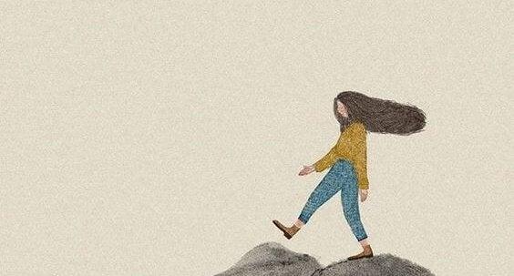 Dziewczynka idąca po skałach.