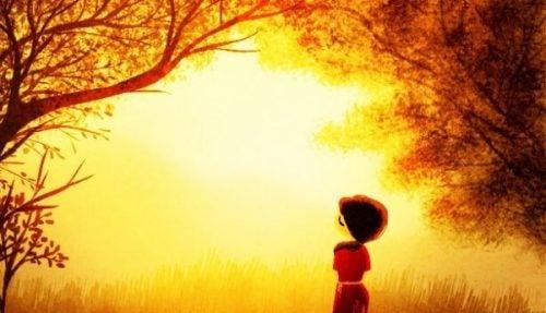 Dziewczyna w słonecznym lesie