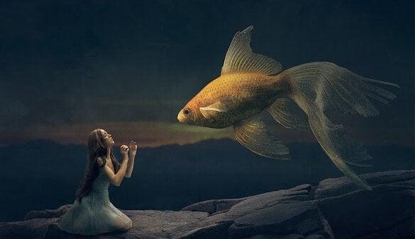 Dziewczyna ze złotą rybką
