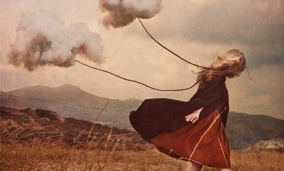 Chmury ciągnące na sznurku dziewczynkę.