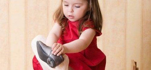 Mała dziewczynka wkłada buty