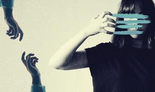 kobieta z niebieskimi liniami na twarzy