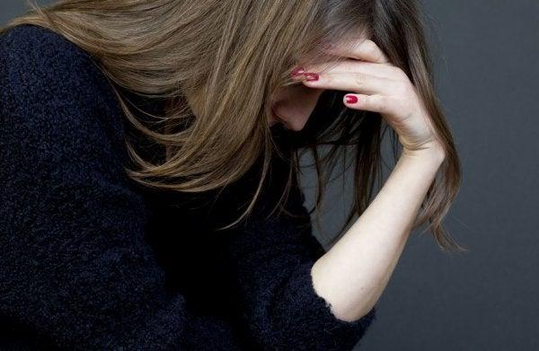 Kobieta w czarnym swetrze uświadamia sobie swoją toksyczność